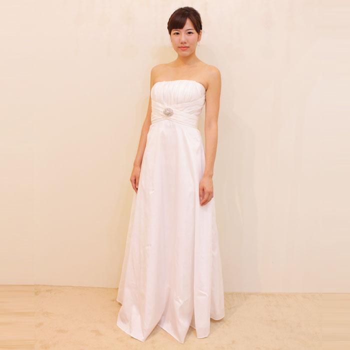 結婚式に最適シンプルなシルエットにブローチ付きのホワイトドレス
