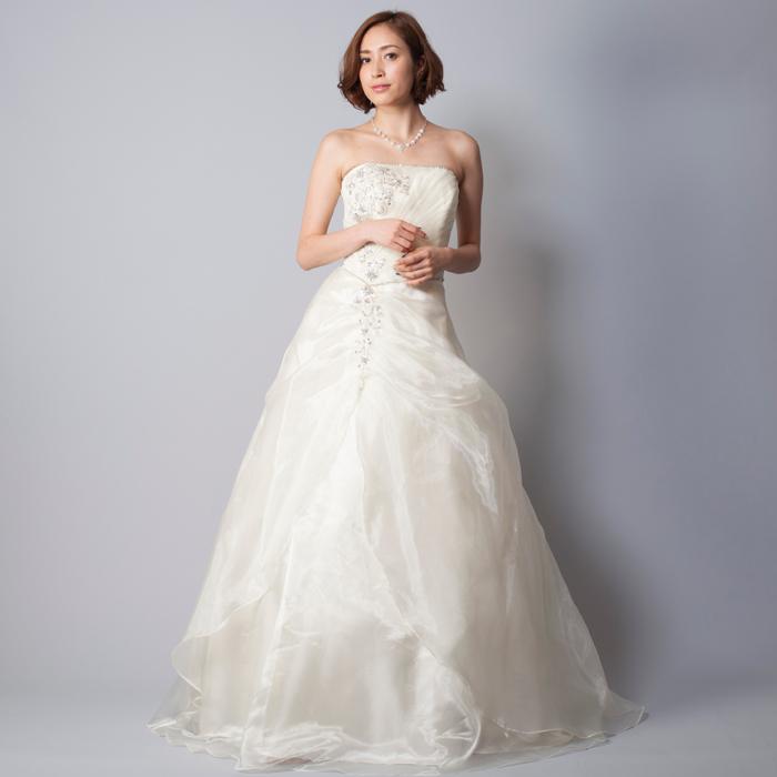 ビーズの装飾が入った結婚式には最適のアイボリーカラーのドレス