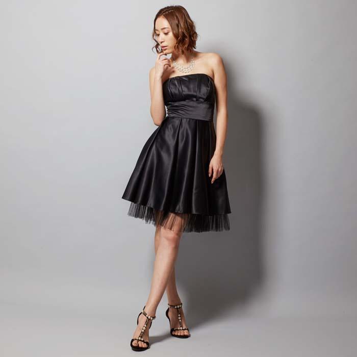 光沢感のある黒色が美しい女性らしさを引き上げられるらブラックカラーのショートドレス