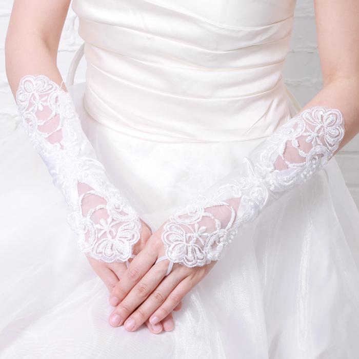 結婚指輪もちゃんと見える、手が露出したウェディングレースグローブ(ホワイト)