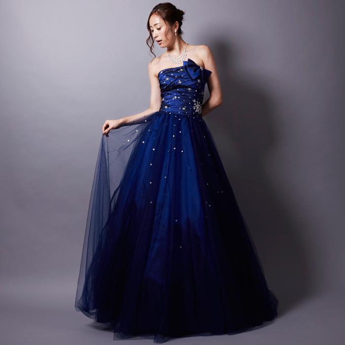 夜空のような色合いにラインストーンが星のように輝く美しいネイビーカラードレス