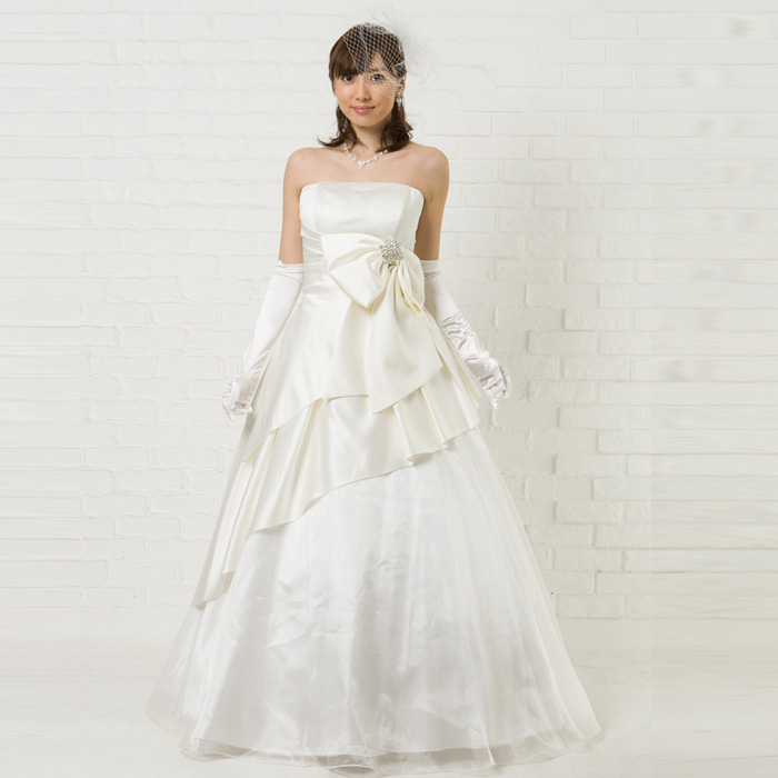 ウェディングにも使えるホワイトカラーのドレス