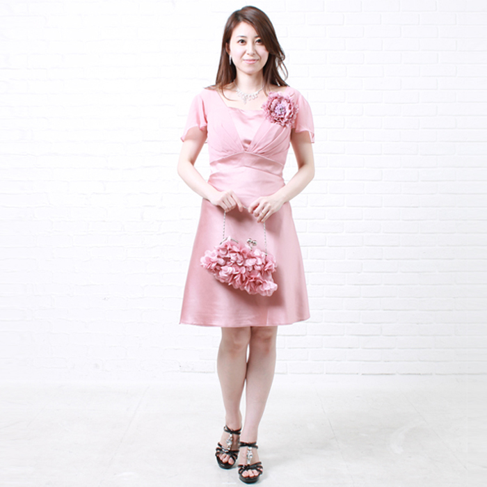 ピンクのキュートさとデザインの上品さが魅力のパーティードレス