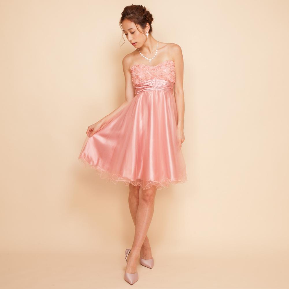 フワッとしたスカートが印象的なピンクのドレス