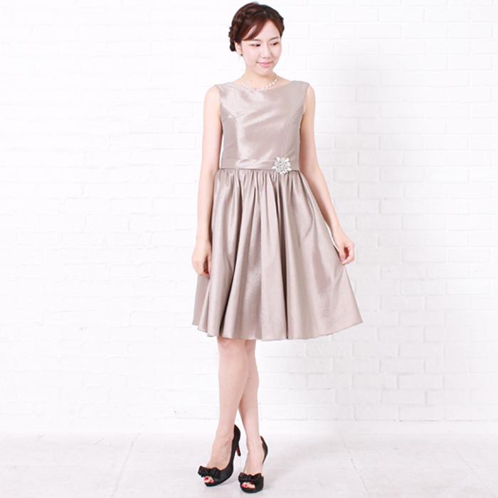 モカカラーのショルダー部分がくっきりとしたお呼ばれドレス
