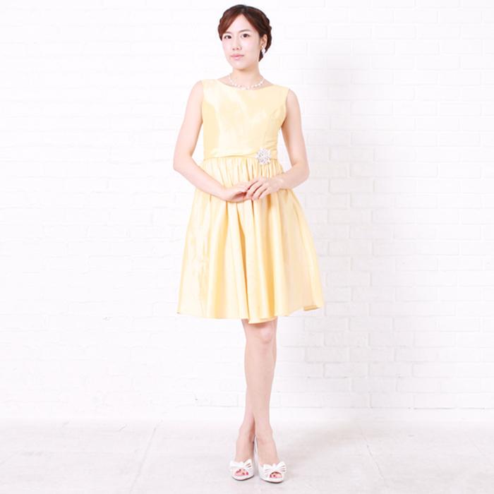 はっきりとした明るさを放ってくれるイエローカラーのお呼ばれドレス