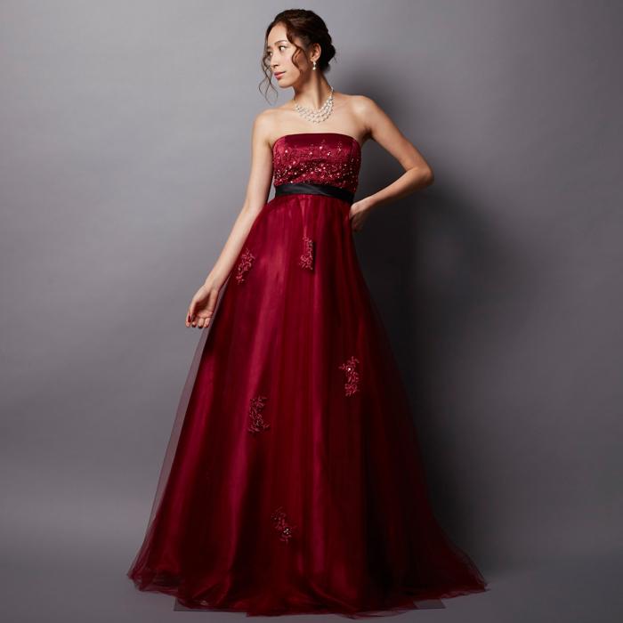 レッドカラーを基調にしたウェストの黒リボンが上品な対比をみせるロングタイプのカラードレス