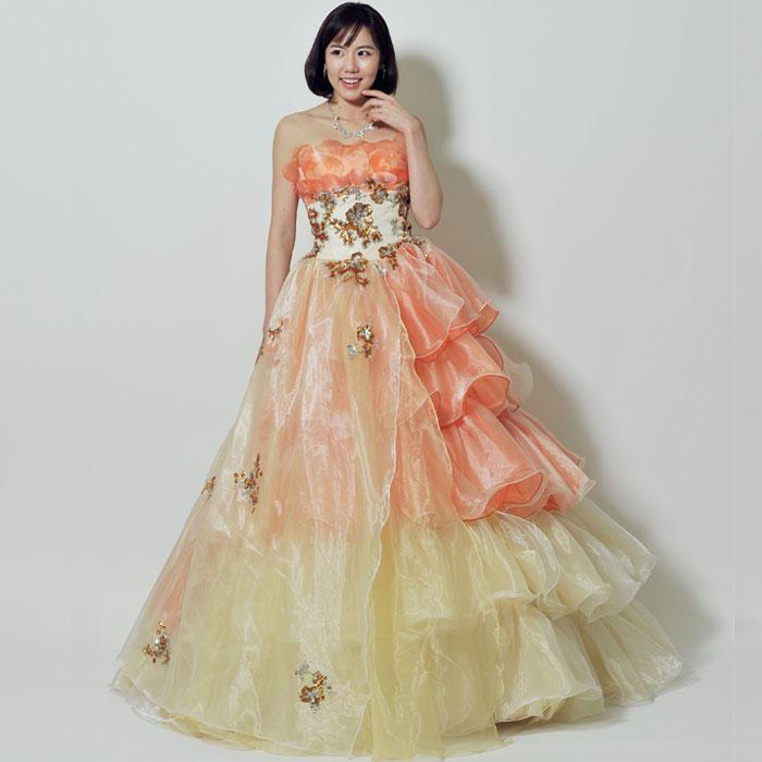 特別なシーンに最適な高級感を出してくれているオレンジカラーのお姫様カラードレス