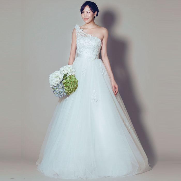 ワンショルダータイプの胸元のレースの装飾が印象的なウェディングホワイトドレス