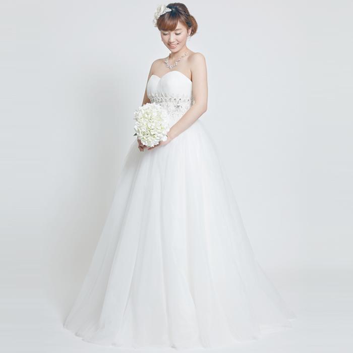 ウェストのラインストーンの装飾とスカートのボリュームが美しいウェディングドレス