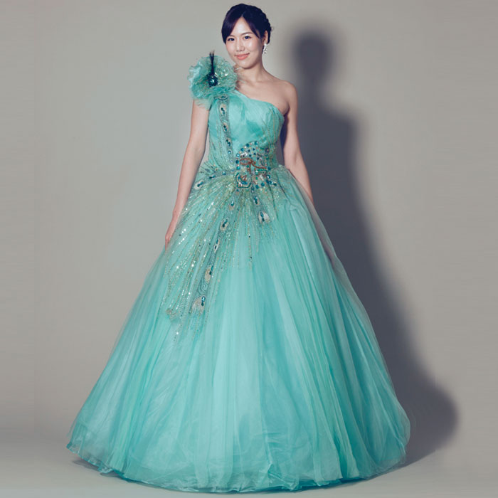 孔雀のようなデザインが美しいエメラルドグリーンのウェディングカラードレス