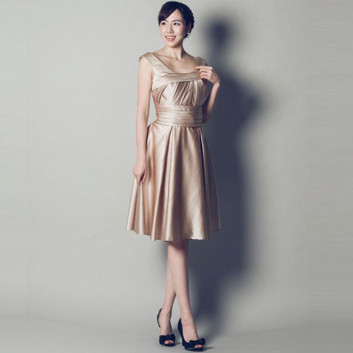 穏やかなエレガントさが魅力のベージュのお呼ばれドレス