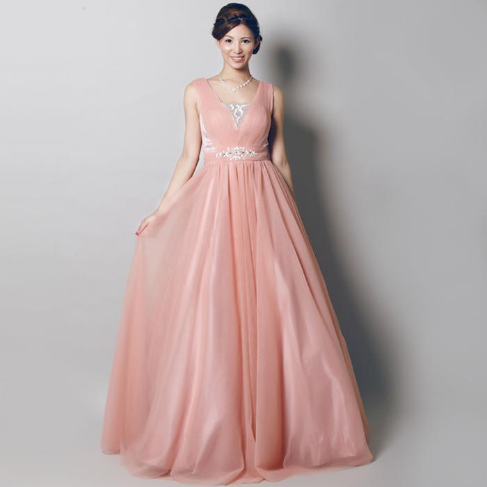 胸元のビーズの装飾が美しいピンクのカラードレス