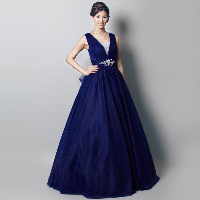 高貴さを兼ね備えるロイヤルブルーのドレス
