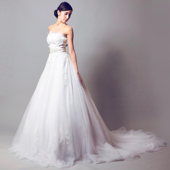 豪華さ、清純さを追求したデザインのウェディングドレス