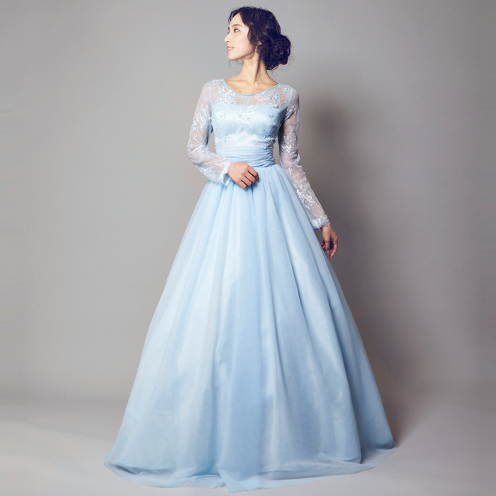 隠す美しさがあるスカイブルーの演奏会ドレス