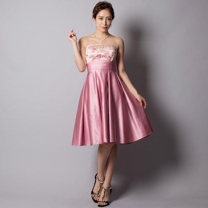 結婚式を可愛らしく演出するピンクのお呼ばれドレス