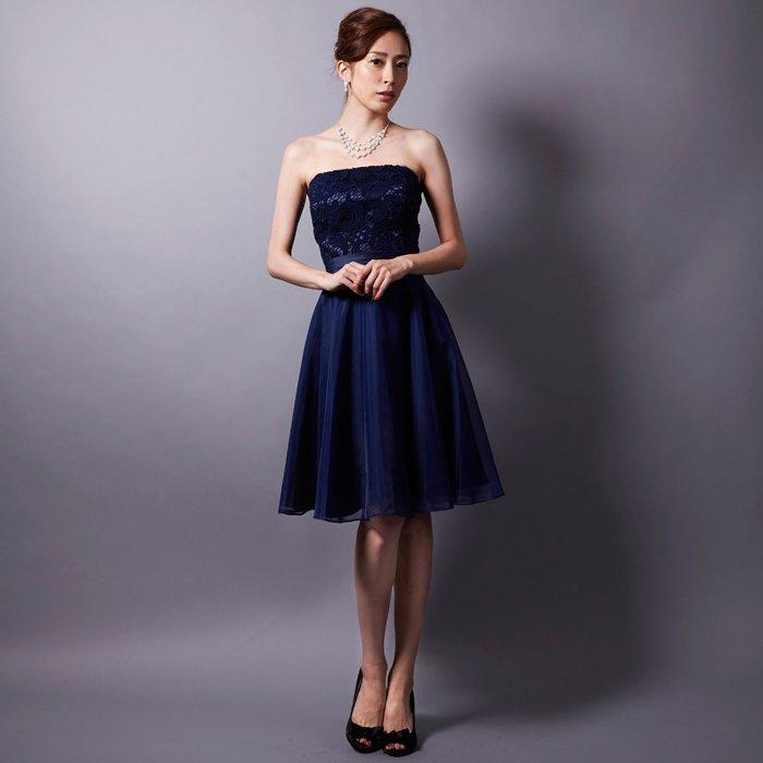ネイビーのふんわりショートドレスで上品さを演出