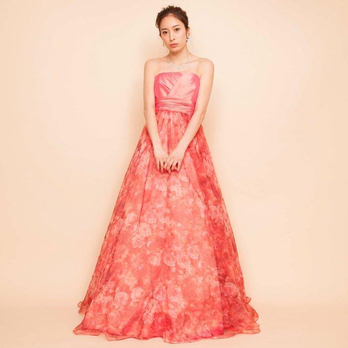 コーラルピンクで可愛らしいオーガンジープリントドレス