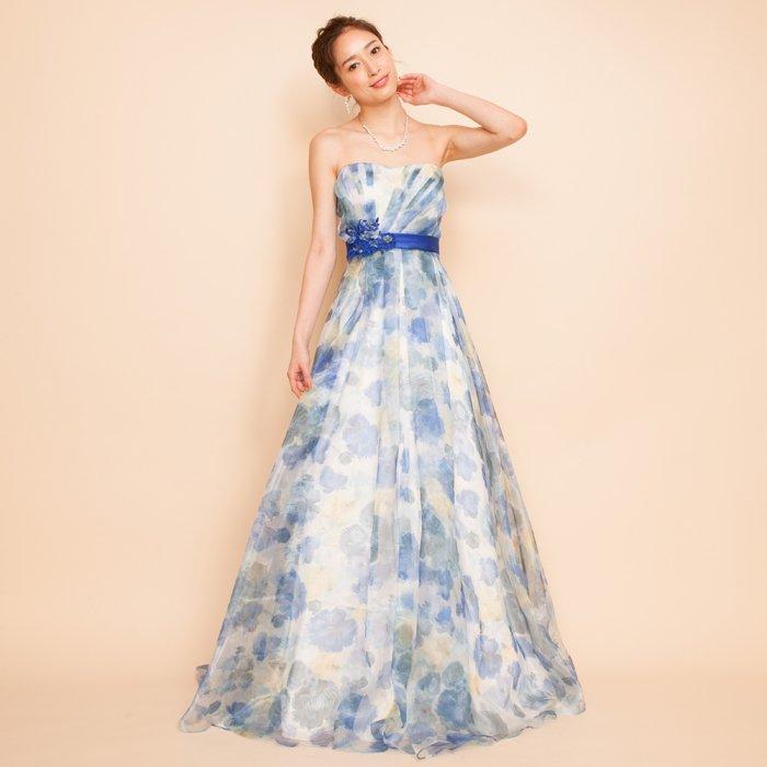 ロイヤルブルーとイエローの色合いが爽やかさを演出するフラワープリントドレス
