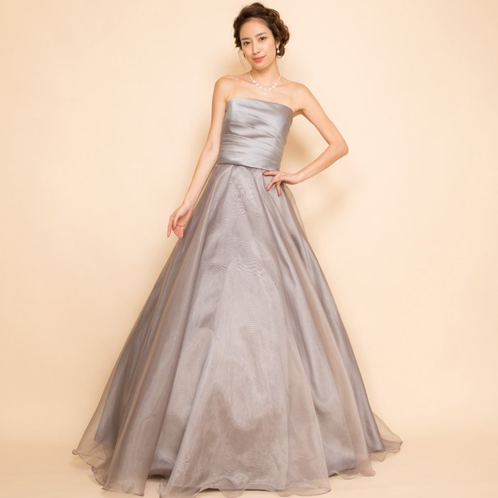 上品さを表現できるシルバーのシンプルなオーガンジーカラードレス