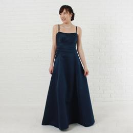 大人の演奏会にネイビーカラードレスが女性をさらに魅力的に引き立てる