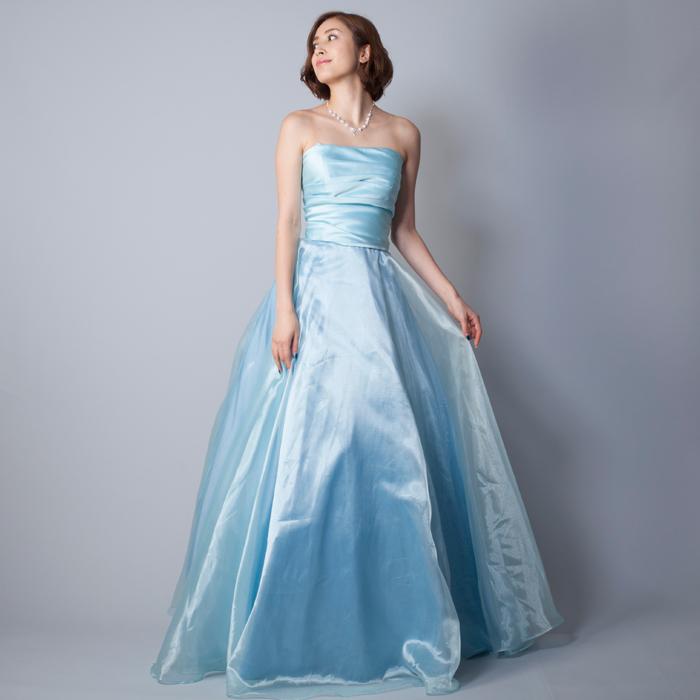 淡いライトブルーの清涼感のある、優しい印象のカラードレス。