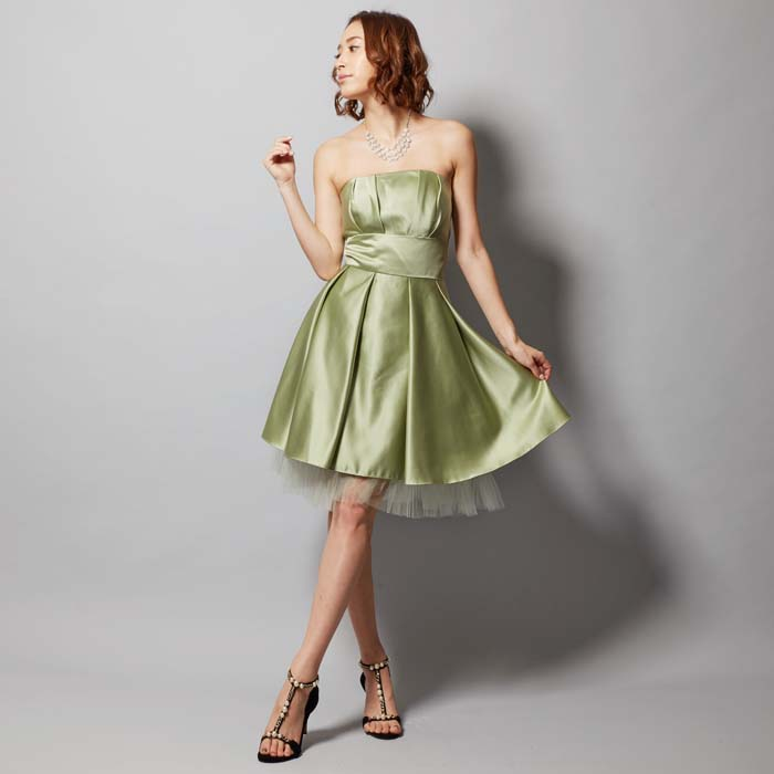 淡い色合いで柔らかな印象のグリーンティーカラーのドレス