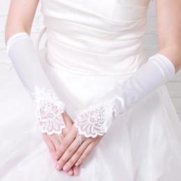 結婚指輪もちゃんと見えるロングタイプのウェディングレースグローブ
