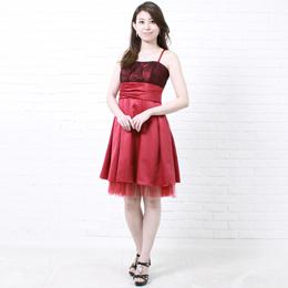 真っ赤なドレスにブラックレースが映えるゲストドレス