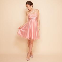 淡いピンクカラーの胸元のシフォンフラワーが可愛らしいお呼ばれドレス