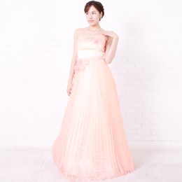 ベージュピンクの温かみと優しさを感じさせるロングタイプのカラードレス