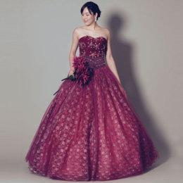 プラムカラーの前面にお花のデザインを施した、女性らしい結婚式カラードレス