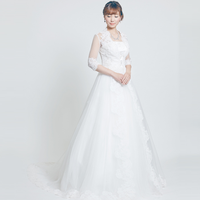 ボレロがセットになっている気品溢れるホワイトウェディングドレス