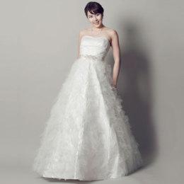 シンプルだけど豪華な印象のホワイトカラードレス