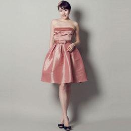 キュートなショート丈にお似合いのダスティローズカラードレス