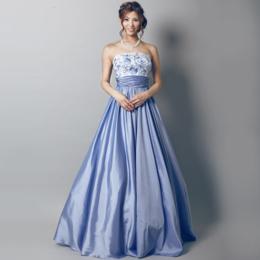 かわいらしい印象のパステルブルーのドレス