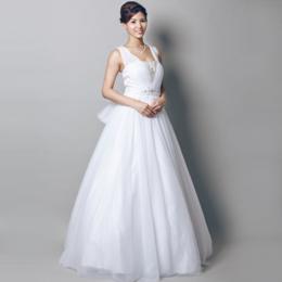 ビーズとリボンの装飾が可愛らしいウェディングホワイトドレス