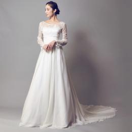 気品漂うホワイトカラーのウェディングドレス