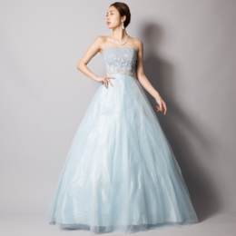 スカイブルーで爽やかで清々しい印象を与えるチュールレースボリュームロングドレス