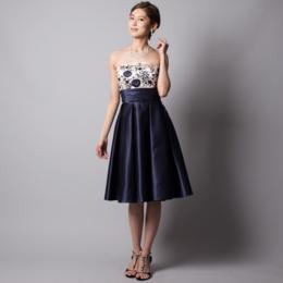 誰でも上品でエレガントな印象に!ゲストドレスにぴったりなネイビーサテン刺繍ミディアムドレス