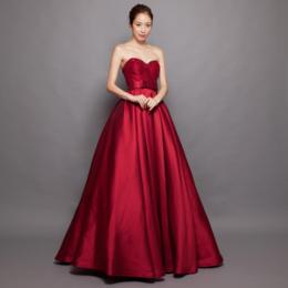 ステージで華やぐ重厚な厚手のサテン生地がリッチなレッドボリュームロングドレス