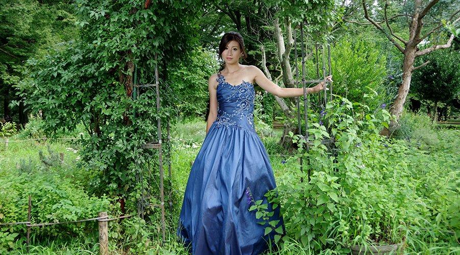 コンサートに最適なネイビーカラーの演奏会ドレスの魅力